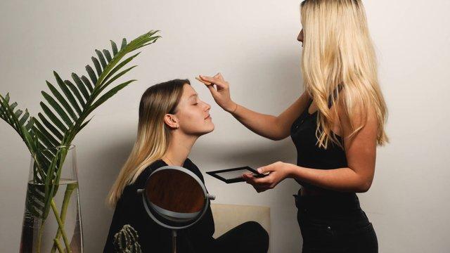Girls Hangout & Apply Makeup thumbnail