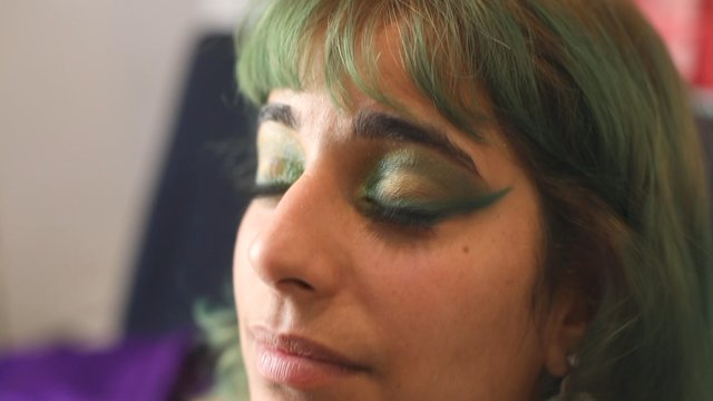 Applying Green Mascara to Makeup Look thumbnail