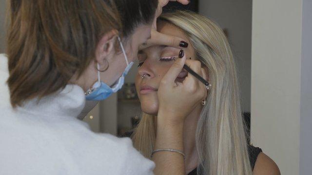 Makeup Artist Does Arrows Colorful thumbnail