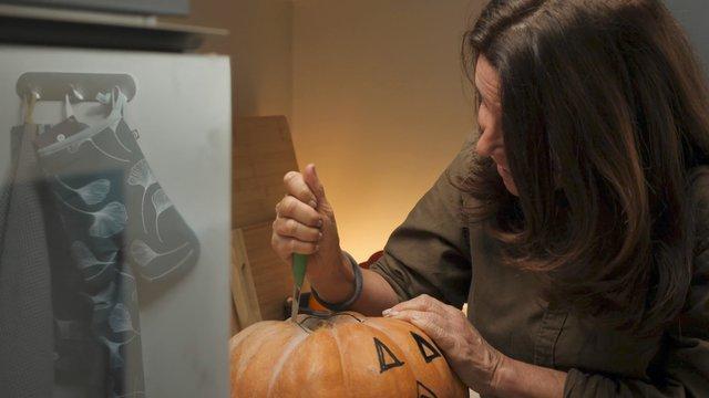Woman Tries to Carve a Pumpkin thumbnail